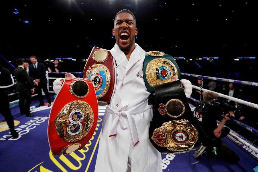 Victorieux, Joshua réunit désormais les ceintures mondiales de boxe WBA, IBF, WBO et IBO des poids lourds.