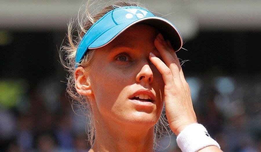 La russe Elena Dementieva a abandonné en demi-finale du tournoi de Roland-Garros, à cause d'une déchirure au mollet gauche qui la faisait souffrir depuis le deuxième tour. La numéro 6 mondiale s'est arrêtée au tie-break du premier set dans lequel elle perdait 6-7. Son adversaire, l'italienne Francesca Schiavone se qualifie donc pour la finale féminine prévue ce samedi, et affrontera Samantha Stosur.