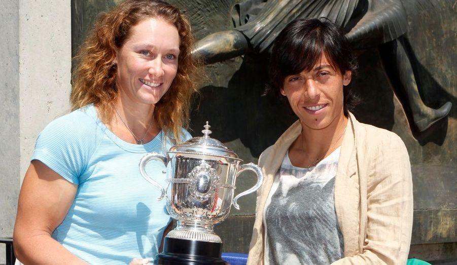 A la veille de la finale féminine de Roland-Garros, l'australienne Samantha Stosur (à gauche sur la photo) et l'italienne Francesca Schiavone posent devant les photographes avec la coupe de Roland-Garros. Quelque soit l'issue du match, la gagnante remportera son premier Grand-Chelem.