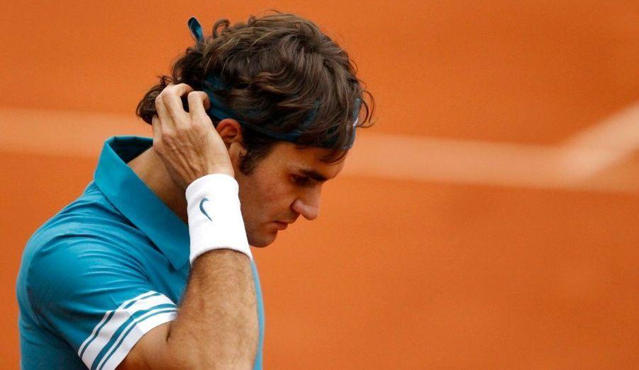 Roger Federer n'a pas réussi à trouver la solution hier face à Robin Soderling. Le Suisse s'est fait éliminer en quart de finale sur un score de 3-6, 6-3, 7-5, 6-4. Grosse déception à la fois pour le joueur - qui pensait avoir les moyens de défendre son titre - et pour le public de Roland Garros qui attendait une finale d'apothéose entre Roger Federer et Rafael Nadal.