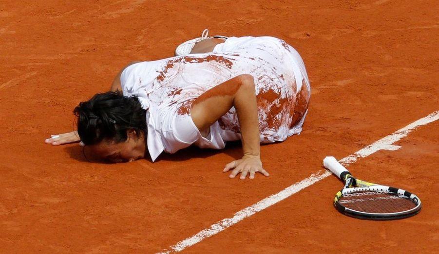 Loin d'être donnée favorite au début des Internationaux, pas plus en finale contre Samantha Stosur, Francesca Schiavone a remporté samedi Roland-Garros, signant là, à bientôt 30 ans, sa première victoire en Grand Chelem et le plus bel exploit de sa carrière. L'Italienne, tête de série n°17, a dominé en finale l'Australienne en deux manches (6-4, 7-6), succédant au palmarès à la Russe Svetlana Kuznetsova. La Milanaise entre dans l'histoire comme la première Italienne victorieuse d'un Majeur depuis le début de l'ère Open en 1968.