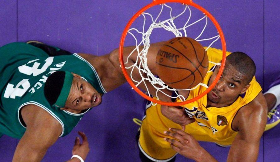 Première manche des Finals NBA et première victoire pour les Lakers! A l'issue d'un match maîtrisé de bout en bout, les Californiens l'ont en effet emporté 102-89, menant ainsi 1-0 avant la deuxième manche prévue ce dimanche au Staples Center. Pour cette première, le collectif des champions en titre a prévalu, Kobe Bryant menant l'ensemble avec 30 points, tandis que Pau Gasol ajoutait 23 points et Ron Artest 15. Chez les Celtics, c'est Paul Pierce qui a été le plus en vue avec 24 points, Kevin Garnett en ajoutant 16 et Rajon Rondo 13 points-8 rebonds.