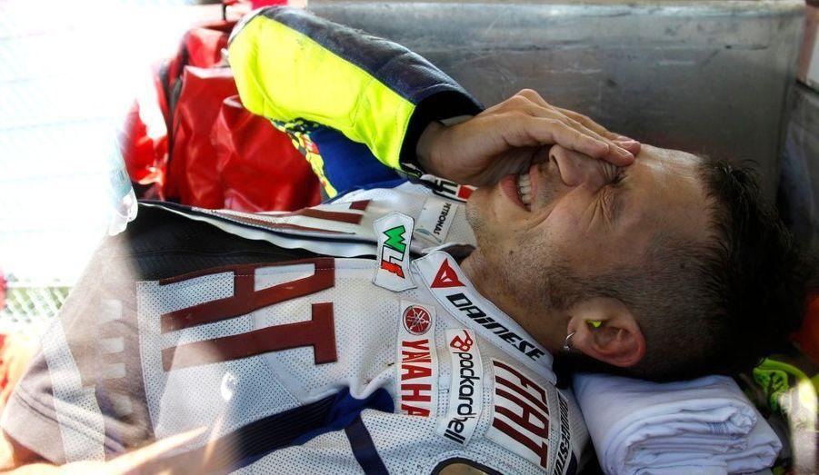 Valentino Rossi a été victime d'une lourde chute, ce samedi matin, lors de la deuxième séance d'essais libres du Grand Prix d'Italie. D'ores et déjà forfait pour la course, le champion du monde en titre se serait fracturé le tibia et le péroné de la jambe droite. Cette double fracture pourrait compromettre sa saison puisque, à en croire la Gazetta Dello Sport, l'Italien devrait être indisponible durant au moins deux mois.