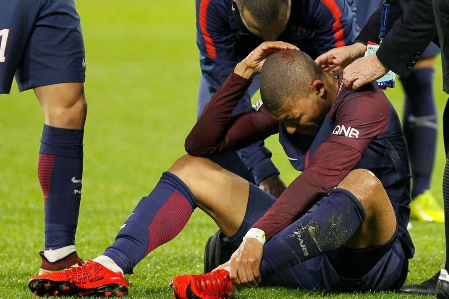 Kylian Mbappé après un premier choc à la tête avecHoussem Aouar.