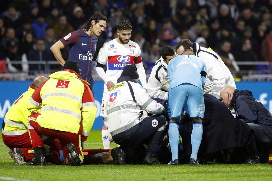 Kylian Mbappé soigné sur le terrain.
