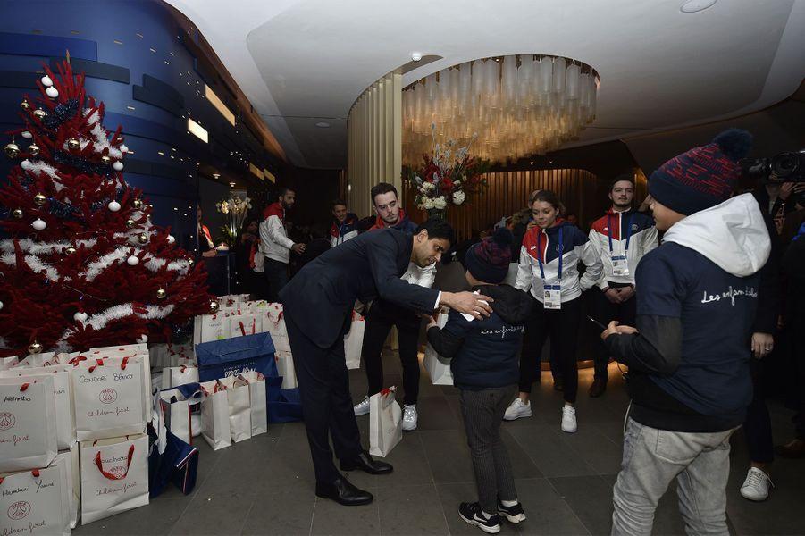 Le Président du PSG distribue les cadeaux.