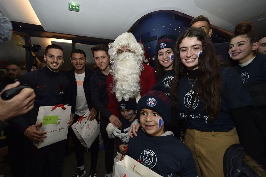 Les joueurs du PSG célèbrent Noël avec les enfants de la Fondation PSG.