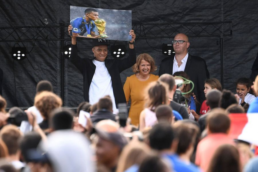 La star du PSG et de l'équipe de France Kylian Mbappé a tenu sa promesse : il s'est rendu ce mercredi à Bondy, ville de son enfance et de ses premières années de footballeur.