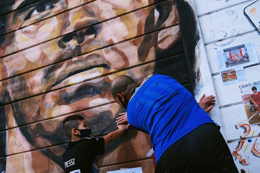 Les Argentins pleurent leur idole Diego Maradona.