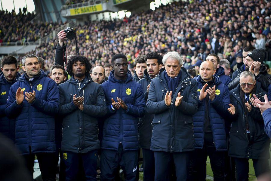 """Dans le stade bondé, qui avait déjà vibré lors du nul face à Saint-Étienne à la 22e journée, les hommages étaient partout: immense portrait deSaladéployé au milieu de la pelouse avant le coup d'envoi, tifo montrant le numéro 9 des maillots noirs tous floqués """"Sala"""" portés par les coéquipiers du footballeur qui évoluait à Nantes depuis 2015."""
