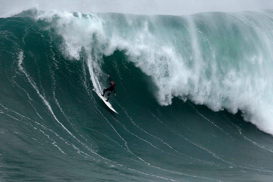 Il s'appelle Garrett McNamara, il est Américain et pratique le surf sur des vagues qui défient l'entendement. Agé de 46 ans, il a battu en 2011 le record du monde de la plus haute vague jamais surfée: 24 mètres. Désormais domicilié à Praia do Norte de Nazare, au Portugal, il va tenter de battre à nouveau ce record insensé.