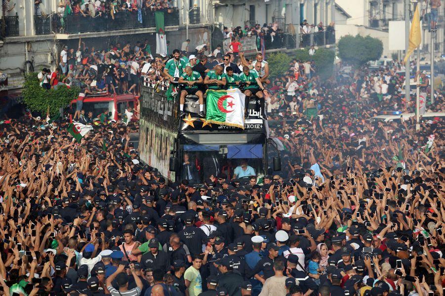 Une immense foule aux couleurs vert et blanc a acclamé les nouveaux champions d'Afrique de football à Alger.