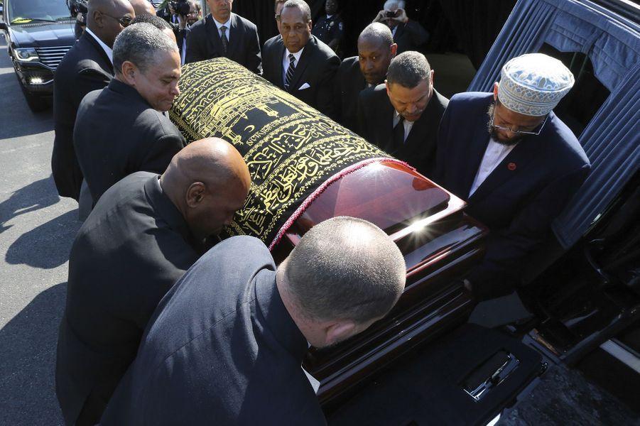 Les porteurs du cercueil de Mohamed Ali placent le cercueil dans la voiture avant la procession à Louisville.