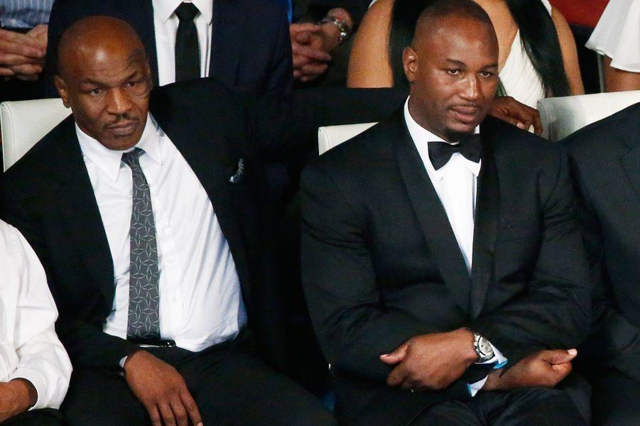 Mike Tyson et Lennox Lewis assistent à l'hommage rendu à Mohamed Ali à Louisville, le 10 juin 2016.