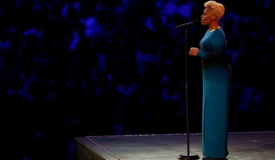 """La chanteuse anglaise Emeli Sande chande """"Abide With Me"""", en conclusion du show de la cérémonie d'ouverture. Place maintenant au défilé des délégations."""