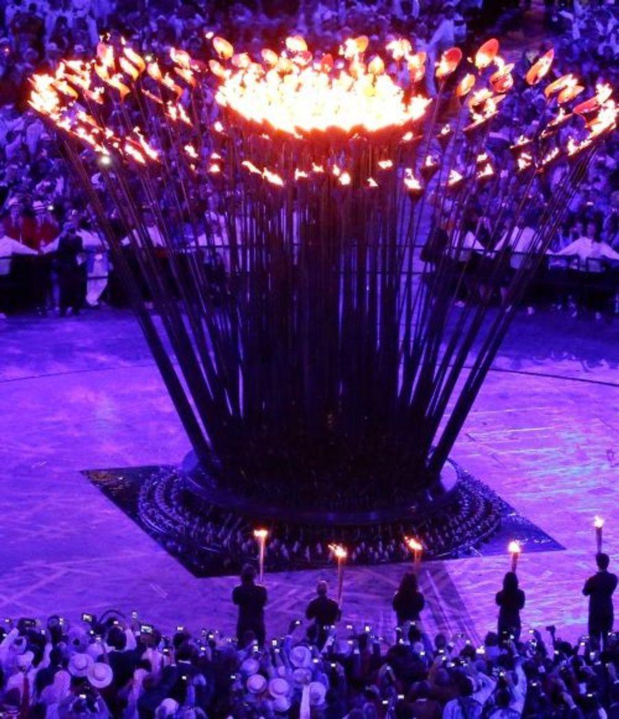 """L'une des plus belles idées de la soirée: plutôt qu'un simple brasier, c'est une """"fleur"""" qui formera la flamme olympique."""