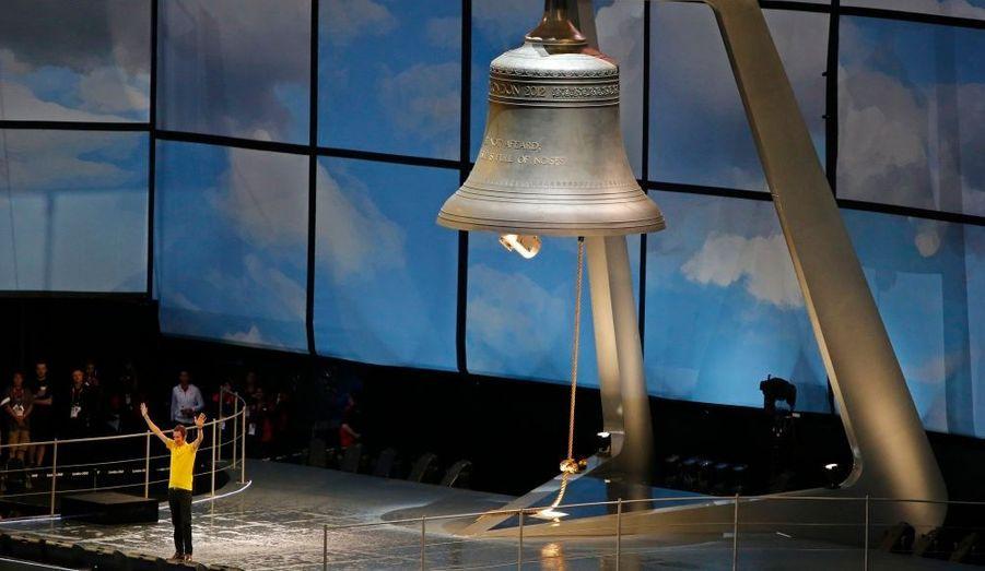 Le vainqueur du dernier Tour de France, le cycliste Bradley Wiggins, sonne la gigantesque cloche. Le spectacle peut commencer.