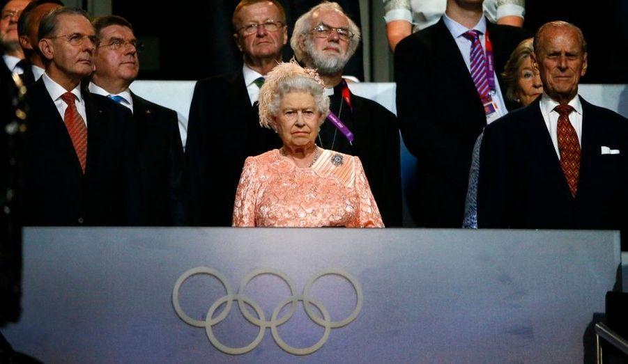 La reine Elizabeth II elle-même, très émue au moment de l'hymne.