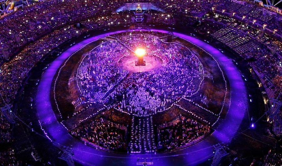 Presque quatre heures d'un spectacle impressionnant. Revivez en images la cérémonie d'ouverture des Jeux Olympiques. Et comme un phare dans la nuit, la flamme olympique brille désormais dans le ciel de Londres.
