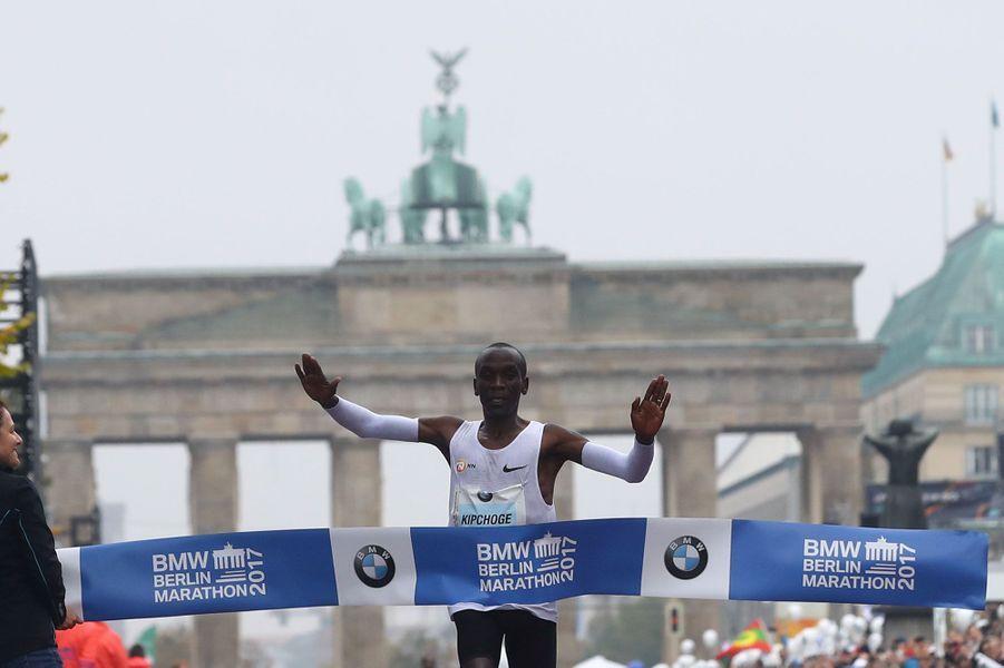 Eliud Kipchogea remporté le marathon de Paris chez les hommes.