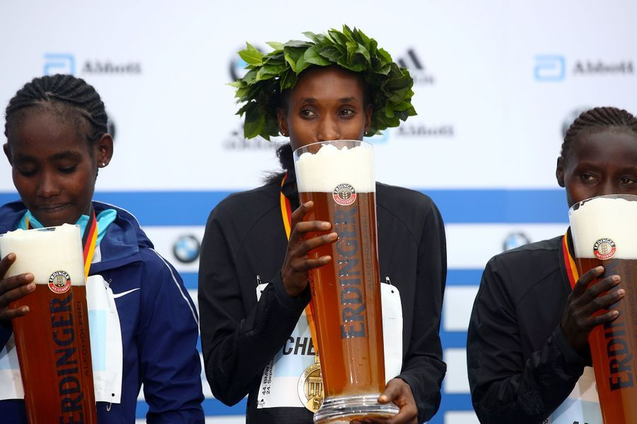 Gladys Cherono Kiprono a remporté le marathon de Paris chez les femmes. Ruti Aga est arrivée deuxième et Valary Jemeli Aiyabei troisième.