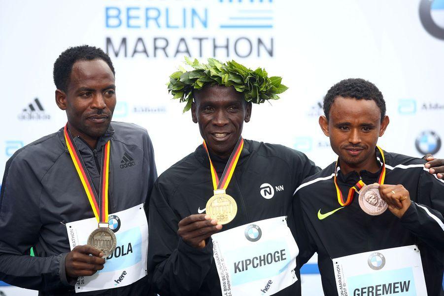 Eliud Kipchogea remporté le marathon de Paris chez les hommes.Guye Adola est arrivé deuxième etMosinet Geremew troisième.
