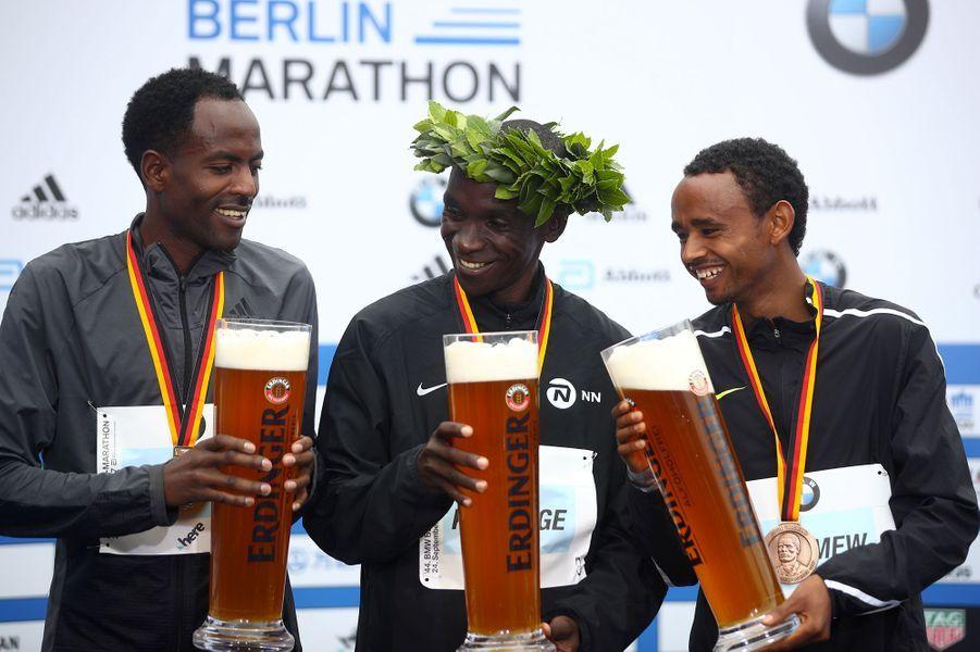 Eliud Kipchogea remporté le marathon de Paris chez les hommes.Guye Adolaest arrivé deuxième etMosinet Geremewtroisième.