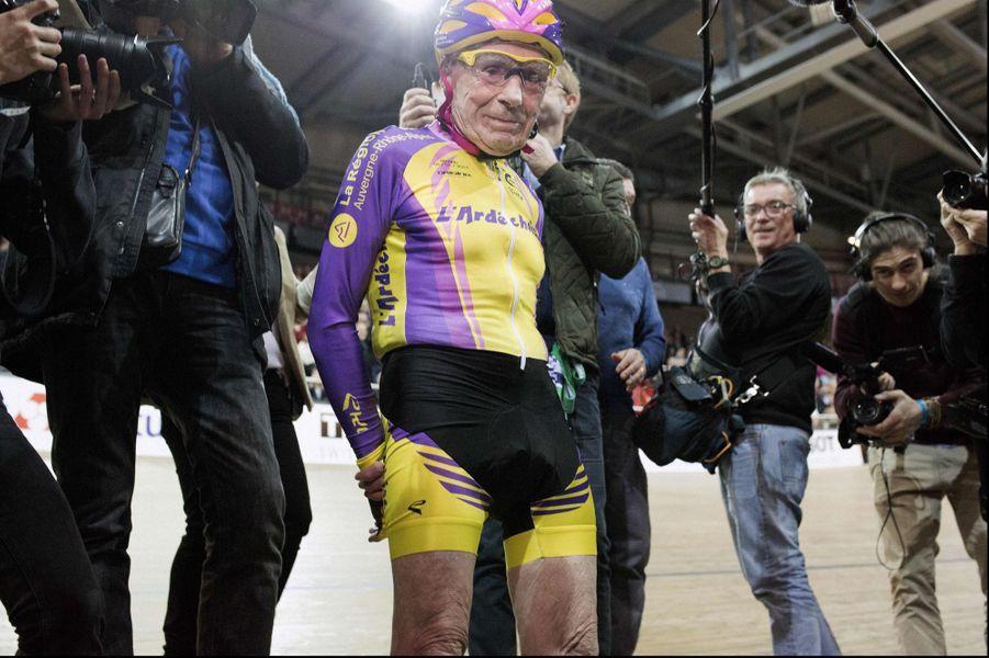 A 105 ans, Robert Marchand a parcouru22,547 kilomètres en une heure, mercredi 4 janvier 2017.