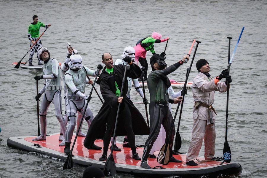 Un millier de personnes ont participé dimanche au Nautic Paddle de Paris, course de stand-up paddle sur la Seine.