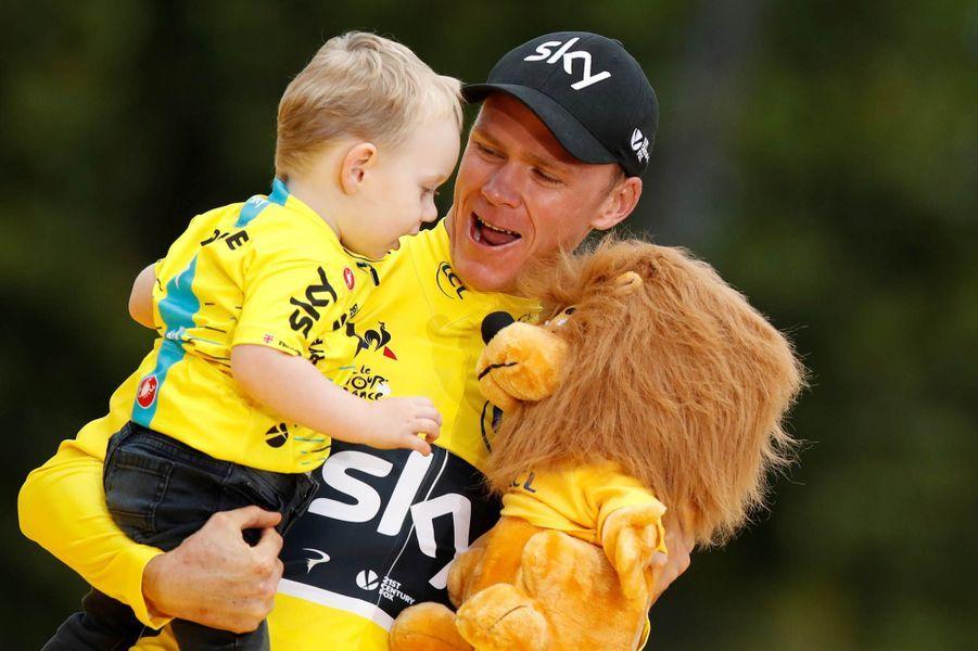 Christopher Froomer, son enfant et une peluche de lion.