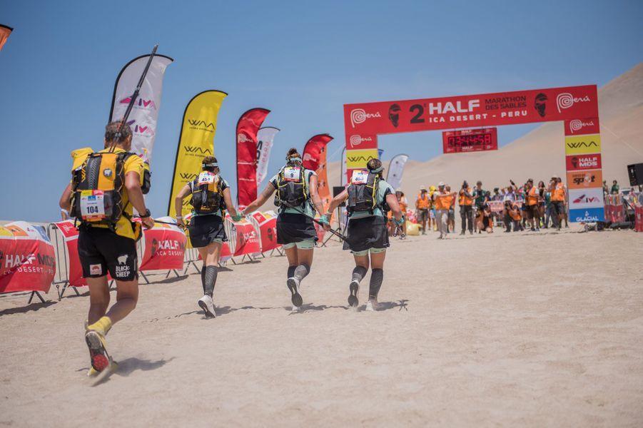 Laure Manaudou a participéavec deux amies auMarathon des Sables, 120 kilomètres en autosuffisance, dans le désert d'Ica au Pérou.