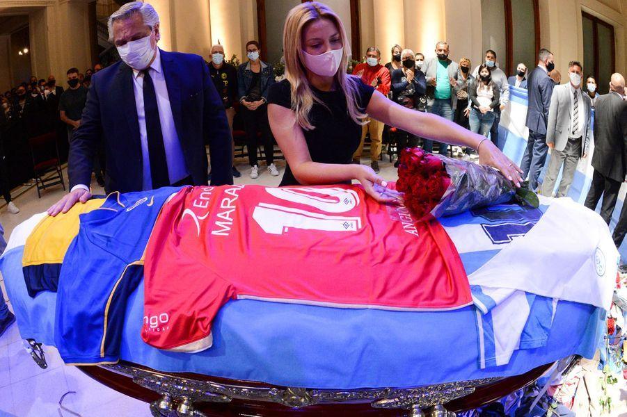 La première dame argentine Fabiola Yanez dépose des fleurs sur le cercueil de la légende du football Diego Maradona sous le regard du président argentin Alberto Fernandez, au palais présidentiel Casa Rosada, à Buenos Aires.