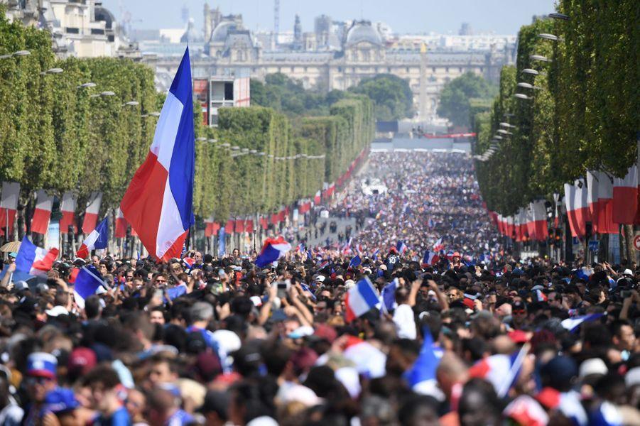 Les stars de l'équipe de France victorieuse de la Croatie en finale de la Coupe du monde de football sont attendues sur les Champs-Elysées avant d'être accueillis par Emmanuel Macron à l'Elysée.