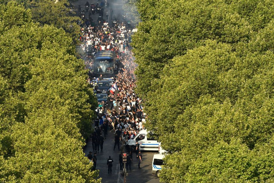 Les stars de l'équipe de France victorieuse de la Croatie en finale de la Coupe du monde de football défilent sur les Champs-Elysées avant d'être accueillis par Emmanuel Macron.