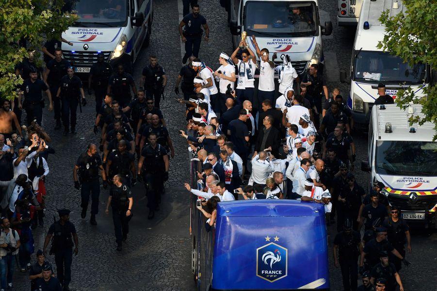 Les stars de l'équipe de France victorieuse de la Croatie en finale de la Coupe du monde de football ont défilé sur les Champs-Elysées avant d'être accueillis par Emmanuel Macron à l'Elysée.