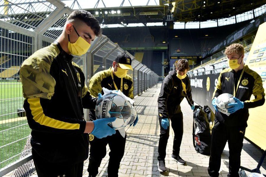 Désinfection des ballons avant Borussia Dortmund - Schalke 04, à l'occasion de la reprise du championnat allemand de football, samedi 16 mai 2020. La Bundesliga était interrompue depuis63 jours en raison dela crise sanitaire due au covid-19.