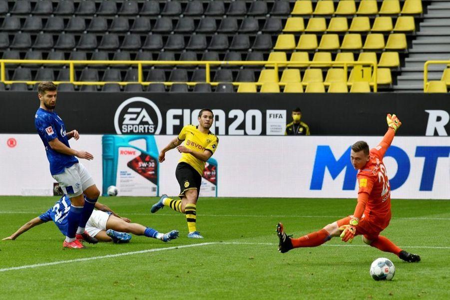 But lors du match Borussia Dortmund - Schalke 04, à l'occasion de la reprise du championnat allemand de football, samedi 16 mai 2020. La Bundesliga était interrompue depuis63 jours en raison dela crise sanitaire due au covid-19.
