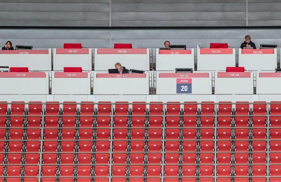 La presse en tribune du match RB Leipzig - SC Freiburg, à l'occasion de la reprise du championnat allemand de football, samedi 16 mai 2020. La Bundesliga était interrompue depuis63 jours en raison dela crise sanitaire due au covid-19.