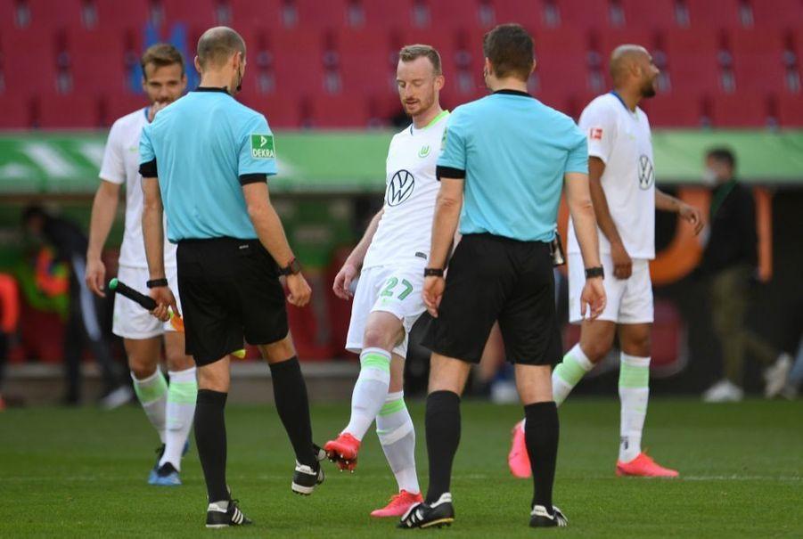 Salutation au pied avant le match FC Augsburg v VfL Wolfsburg, à l'occasion de la reprise du championnat allemand de football, samedi 16 mai 2020. La Bundesliga était interrompue depuis63 jours en raison dela crise sanitaire due au covid-19.