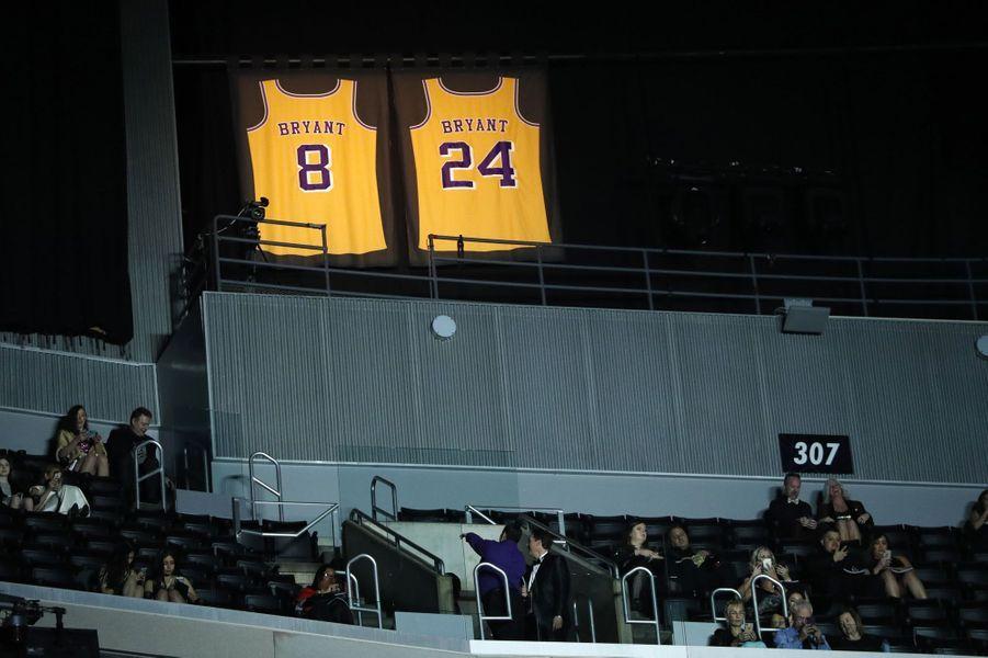 Les maillots 8 et 24 de Kobe Bryant éclairés au Staples Center.