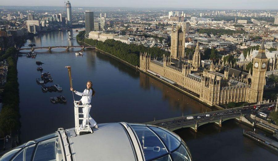 D'Athènes à Londres, la flamme olympique aura traversé tous les paysages et les lieux les plus insolites. Ici, Amelia Hempleman-Adams porte la torche au sommet du London Eye, le 22 juillet.