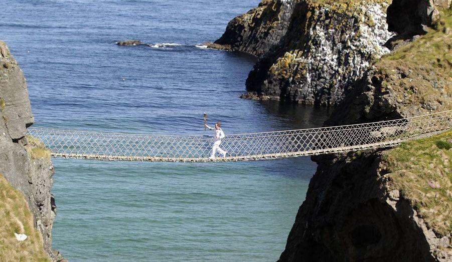 Sur un pont de cordes en Irlande du Nord