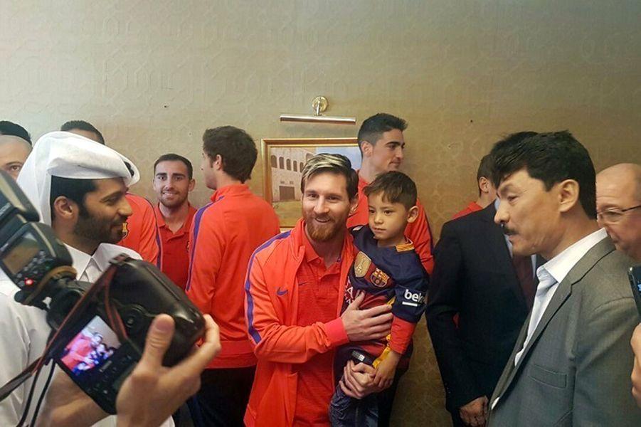 Murtaza dans les bras de Lionel Messi à Doha, au Qatar.