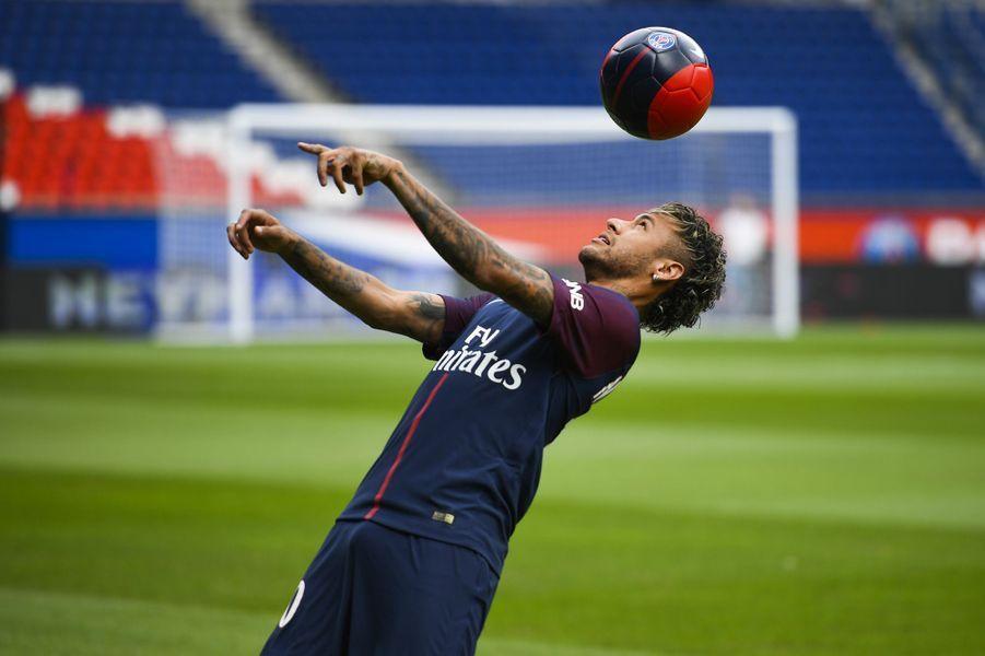 Neymar a effectué ses premiers dribbles avec le maillot du PSG.