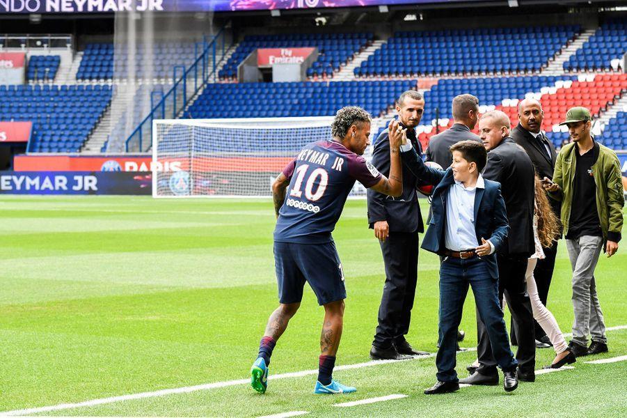 Neymar et des fans du PSG.
