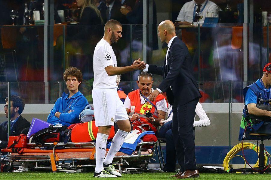 77e: Karim Benzema est remplacé par Zinédine Zidane
