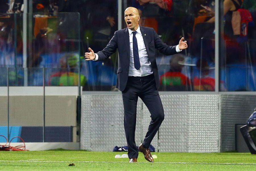 Zinédine Zidane sur le banc de touche du Real Madrid