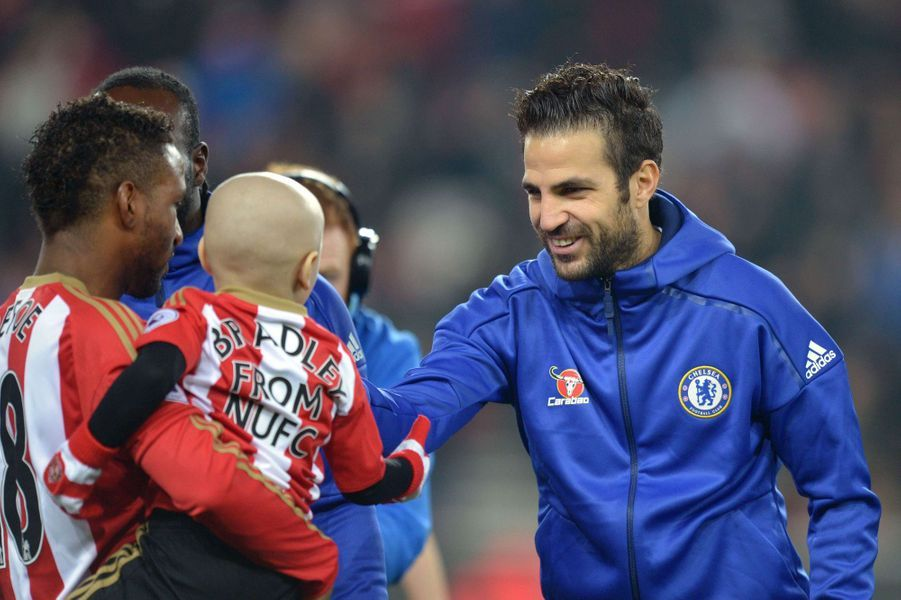 Dans les bras de la star de l'équipeJermain Defoe, il rencontreCesc Fabregas, joueur de Chelsea,le 14 décembre.