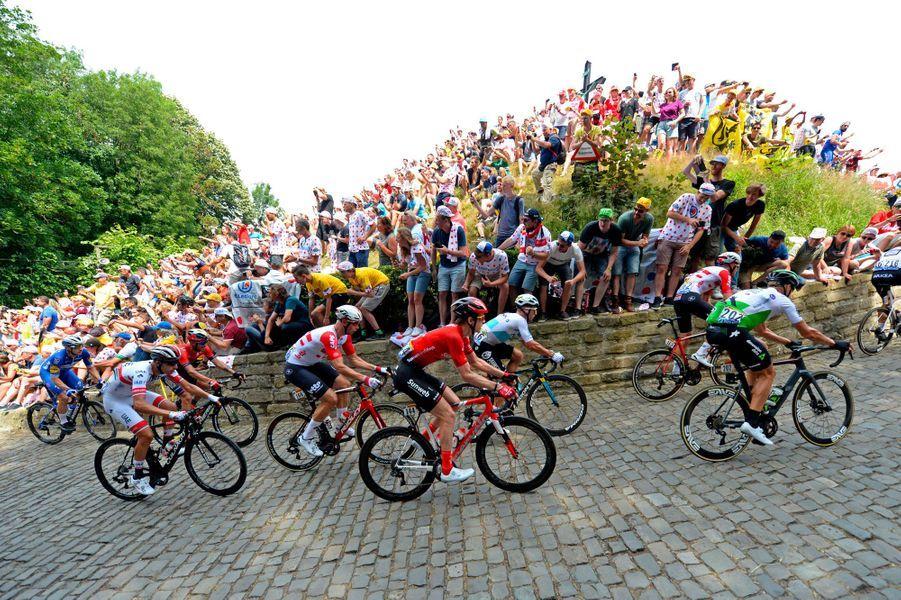 Le peloton passe le Mur de Grammont, samedi.