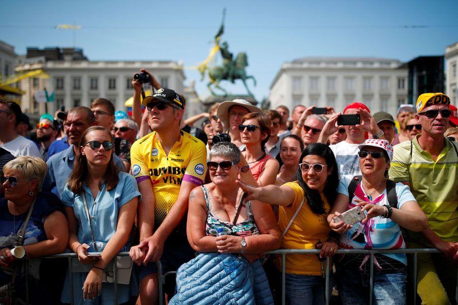 Spectateurs au départ du Tour de France à Bruxelles, samedi.